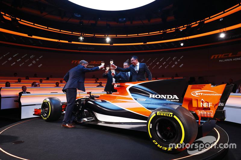 Yusuke Hasegawa, Honda, Zak Brown, McLaren Technology Group Direktörü, Eric Boullier, McLaren Yarış Direktörü, ve sunucu Simon Lazenby