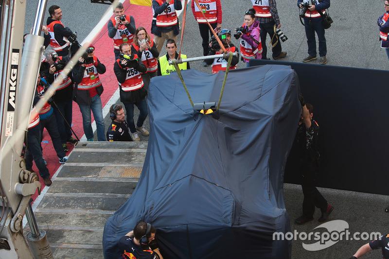 Машину Даниэля Риккардо эвакуируют с трассы