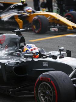 Romain Grosjean, Haas F1 Team, se positionne devant Jolyon Palmer, Renault Sport F1 Team