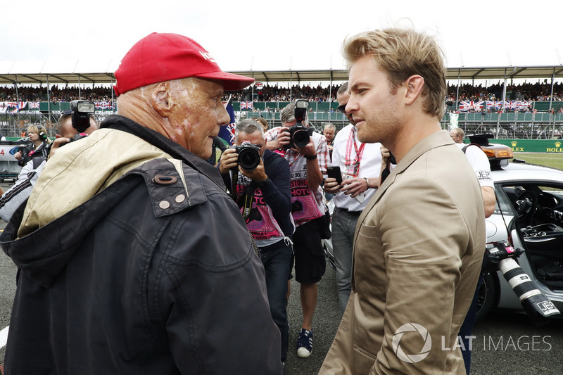 Niki Lauda, Non-Executive Chairman, Mercedes AMG F1, parla con Nico Rosberg