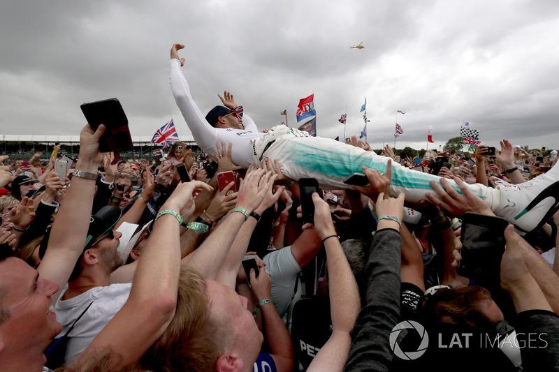 Ganador de la carrera Lewis Hamilton, Mercedes AMG F1 W08 celebra con los fans