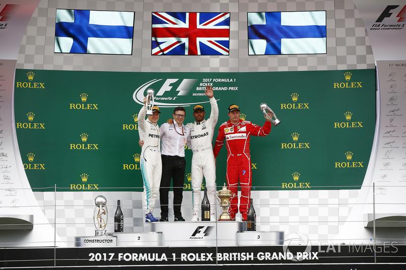 Segundo lugar Valtteri Bottas, Mercedes AMG F1, Peter Bonnington, Ingeniero de carrera, Mercedes AM, ganador de la carrera Lewis Hamilton, de Mercedes AMG F1 Kimi Raikkonen, de Ferrari, tercer lugar en el podio