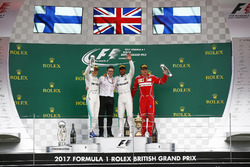 1. Lewis Hamilton, Mercedes AMG F1; 2. Valtteri Bottas, Mercedes AMG F1; 3. Kimi Raikkone, Ferrari, mit Peter Bonnington, Mercedes-Renningenieur