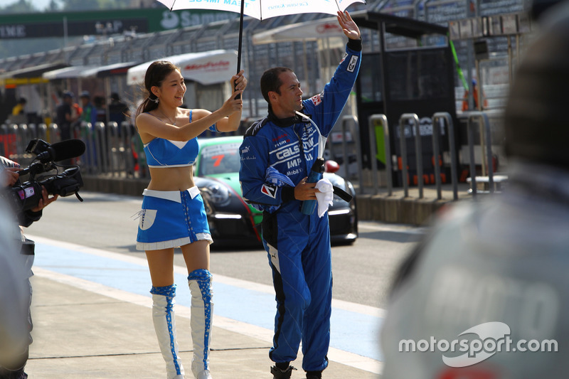 #12 Team Impul Nissan GT-R Nismo GT3: Joao Paulo de Oliveira with a lovely Team Impul girl