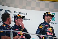 Подиум (слева направо): руководитель Red Bull Racing Кристиан Хорнер; Макс Ферстаппен, Red Bull Raci