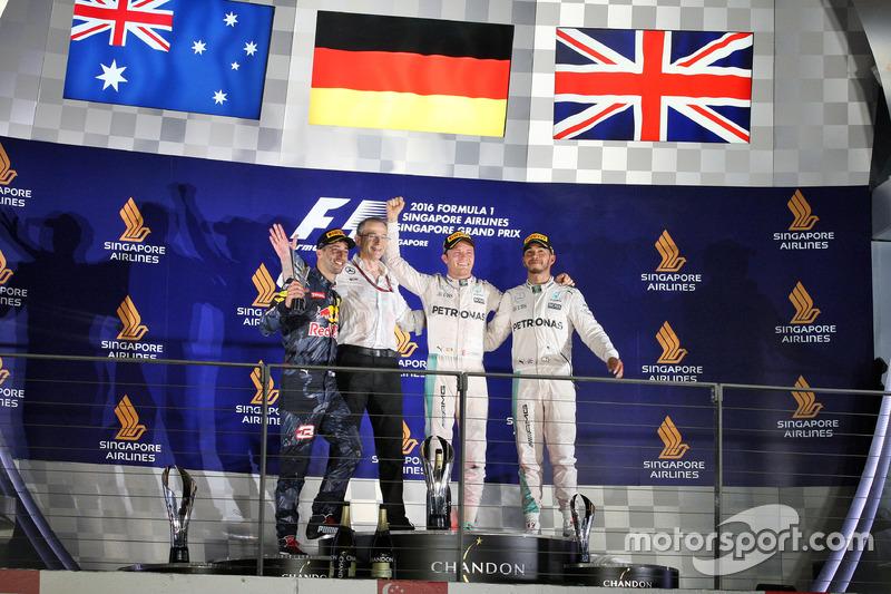 المنصة: المركز الثاني دانيال ريكاردو، ريد بُل، الفائز بالسباق نيكو روزبرغ، مرسيدس، المركز الثالث لويس هاميلتون، مرسيدس