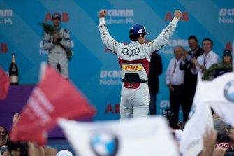 Le vainqueur Lucas Di Grassi, Audi Sport ABT Schaeffler fête sa victoire en s'approchant du podium