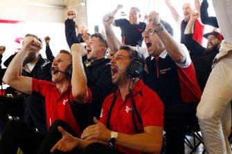 Will Bamber, Earl Bamber, EBM, Pascal Zurlinden, Porsche Motorsport, festeggiano