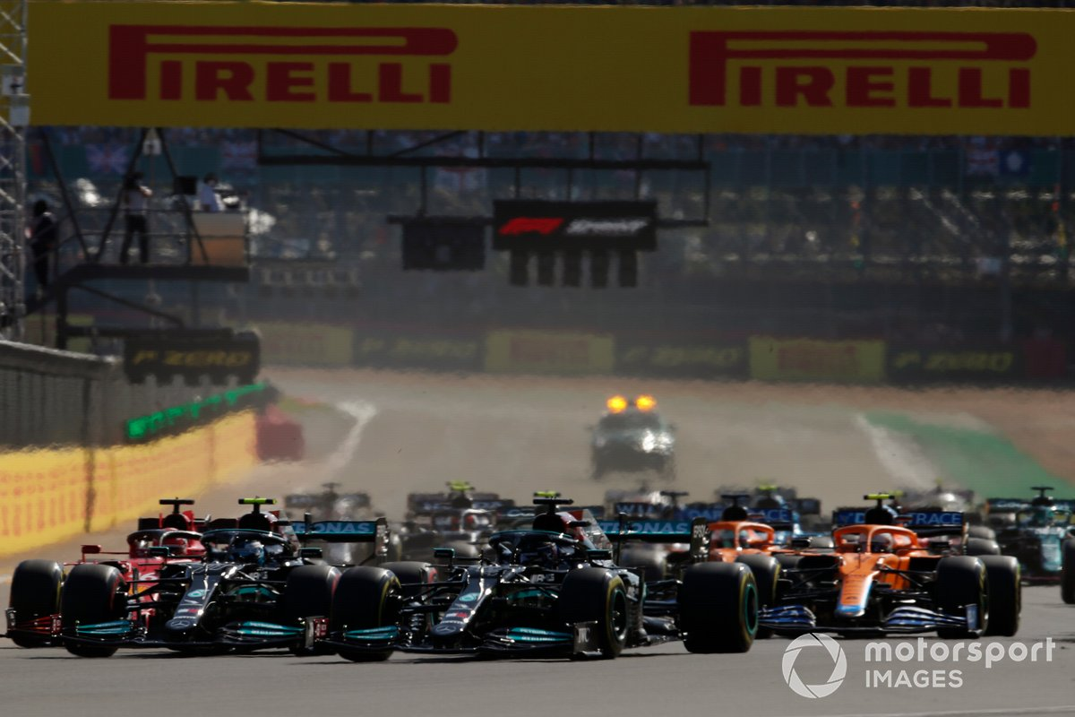 Max Verstappen, Red Bull Racing RB16B, Lewis Hamilton, Mercedes W12, Valtteri Bottas, Mercedes W12, Charles Leclerc, Ferrari SF21, and the rest of the field