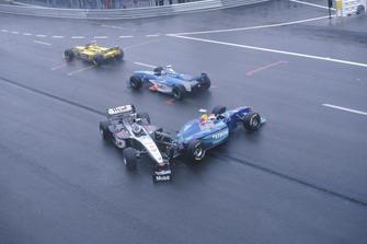 Mika Hakkinen, McLaren MP4/13, dopo essere stato colpito da Johnny Herbert, Sauber C17, all'uscita de La Source