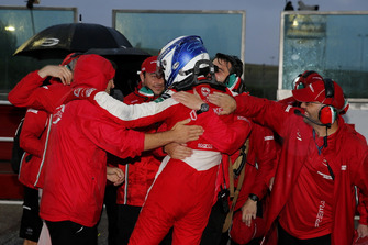 Race winner Ralf Aron, PREMA Theodore Racing Dallara F317 - Mercedes-Benz with the team