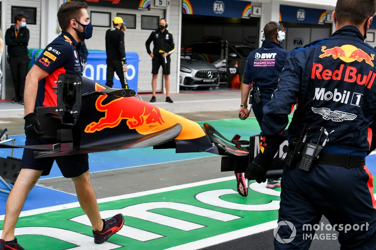 Red Bull mechanics bring a new front wing for Max Verstappen, Red Bull Racing, to the grid