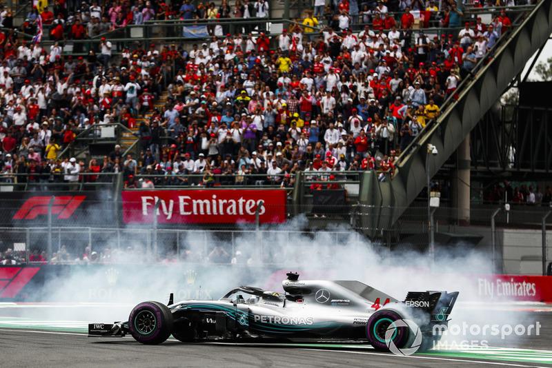Mercedes feliciteert Hamilton met de titel