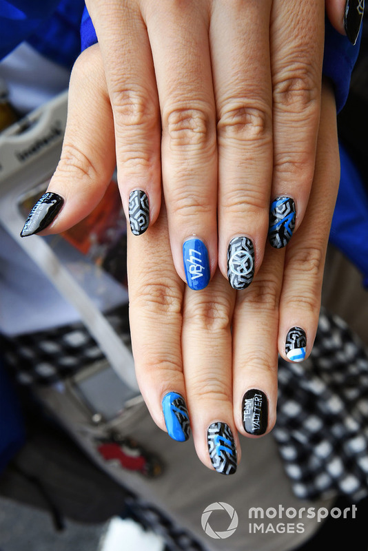 Fans painted nails
