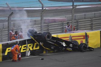 Nico Hulkenberg, Renault Sport F1 Team R.S. 18 choca y vuelca en la primera vuelta