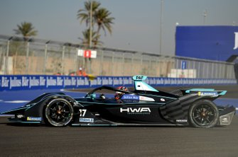 Gary Paffett, HWA Racelab, VFE-05, with a rear puncture