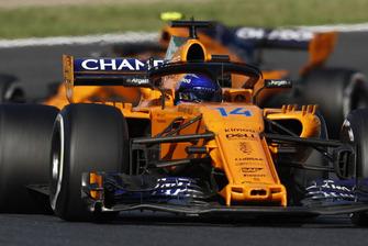 Fernando Alonso, McLaren MCL33, devant Stoffel Vandoorne, McLaren MCL33