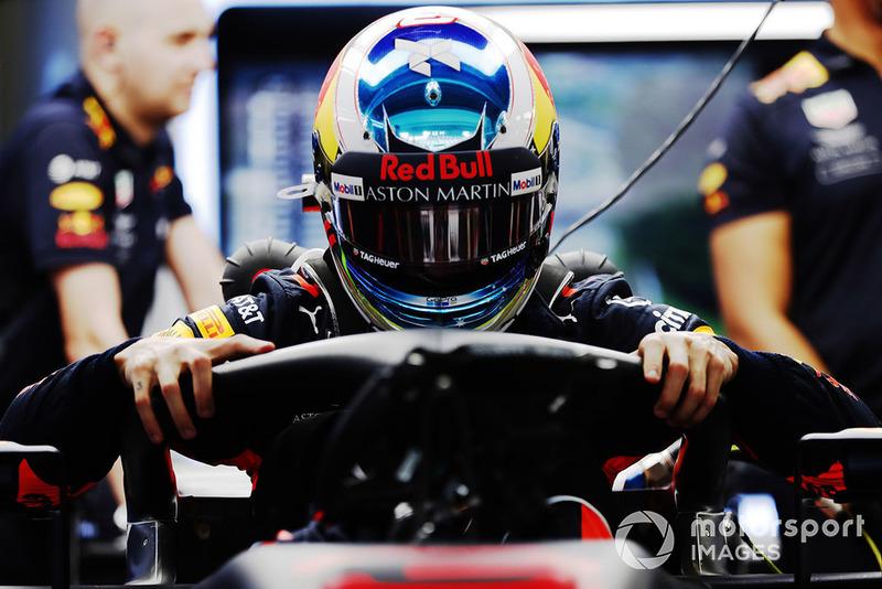 Daniel Ricciardo, Red Bull Racing RB14, sale sulla sua monoposto