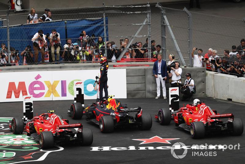 Max Verstappen, Red Bull Racing RB14, celebra ganar la carrera en el parque con Sebastian Vettel, Ferrari SF71H, y Kimi Raikkonen, Ferrari SF71H