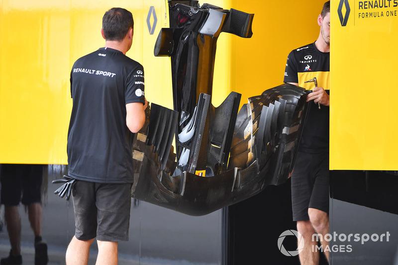 Uma foto fantástica da parte de baixo da asa dianteira da Renault, dando muitos detalhes normalmente fora de alcance.