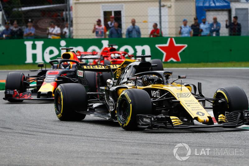 Nico Hulkenberg, Renault Sport F1 Team R.S. 18, leads Daniel Ricciardo, Red Bull Racing RB14, and Sebastian Vettel, Ferrari SF71H