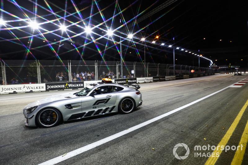 La Safety Car davanti a Lewis Hamilton, Mercedes AMG F1 W09 EQ Power+