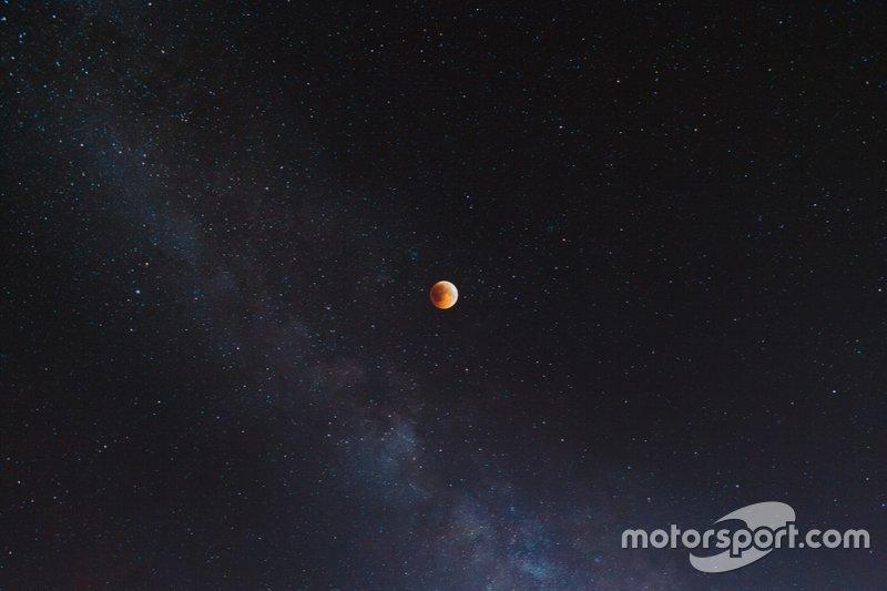 NASA запустила миссию по исследованию Марса «Марс Глобал Сервейор», которая продолжалась до 2007 года