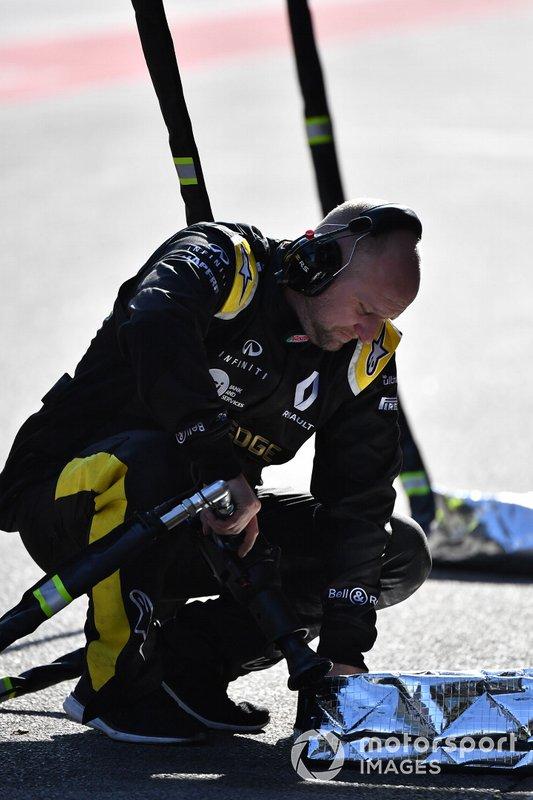 Un mécanicien Renault Sport F1 Team avec un pistolet pneumatique