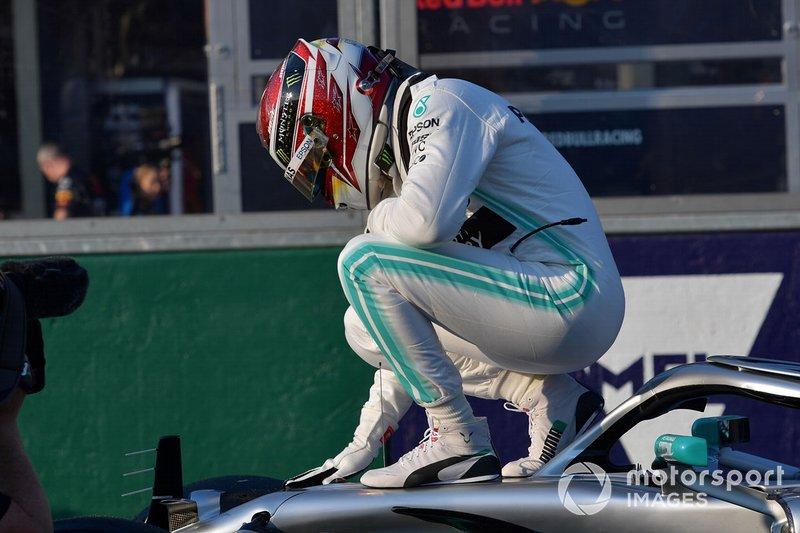 Lewis Hamilton, Mercedes AMG F1, sur sa voiture après sa pole position