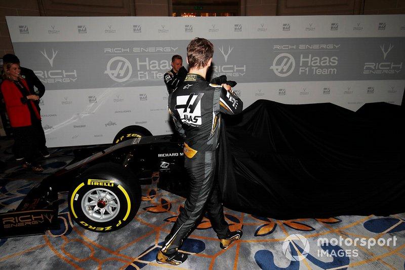 Romain Grosjean, Haas F1 Team e Kevin Magnussen, Haas F1 Team, svelano la nuova livrea Haas