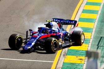 Alexander Albon, Toro Rosso STR14 with a broken front nose after spinning