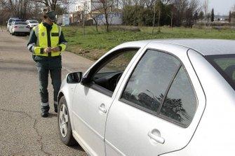 Un Guardia Civil revisando un coche
