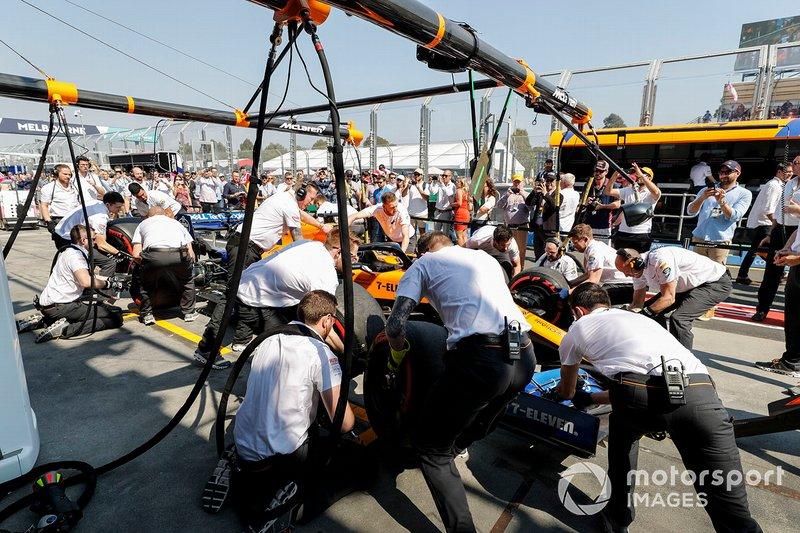 Mecánicos con el coche de Carlos Sainz Jr., McLaren MCL34
