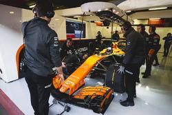 Fernando Alonso, McLaren, dans le garage, attend de prendre la piste