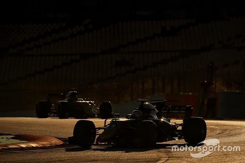 Romain Grosjean, Haas F1 Team VF-17.Marcus Ericsson, Sauber C36