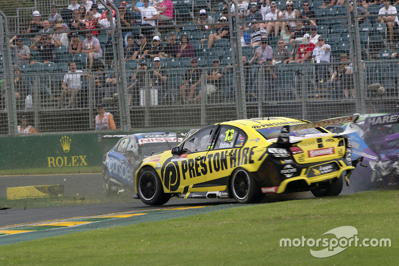 Unfall: Nick Percat, Brad Jones Racing, Holden; Lee Holdsworth, Team 18, Holden