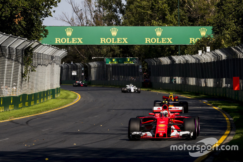 Kimi Raikkonen, Ferrari SF70H y Max Verstappen, Red Bull Racing RB13