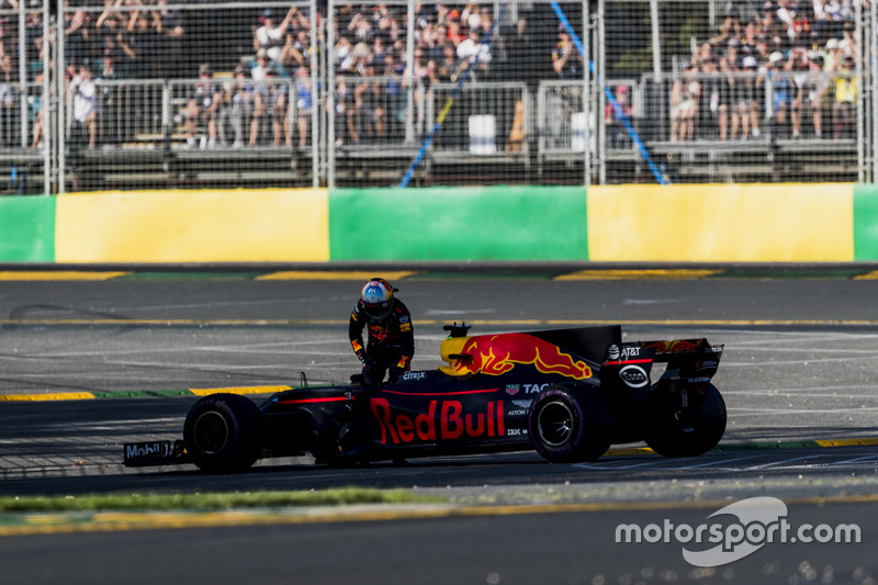 Daniel Ricciardo, Red Bull Racing RB13, parks up with mechanical issues
