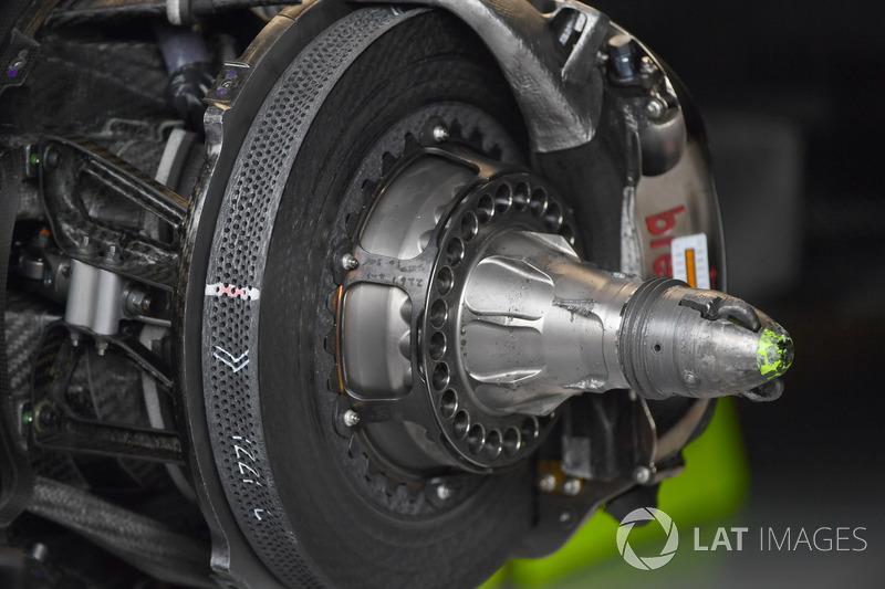 Mercedes-Benz F1 W08 ön fren ve tekerlek göbeği detayı