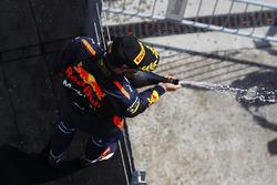 Daniel Ricciardo, Red Bull Racing, celebra en el podium