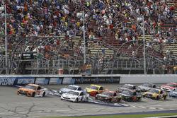 Restart: Daniel Suárez, Joe Gibbs Racing Toyota, Brad Keselowski, Team Penske Ford