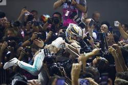 Lewis Hamilton, Mercedes AMG F1, Crowd Surf nach Sieg