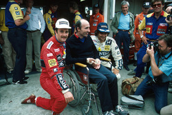 1. Nigel Mansell, Williams, mit Frank Williams, Williams-Teamchef, und Nelson Piquet, Williams