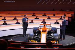 Zak Brown und Simon Lazenby mit dem McLaren MCL32