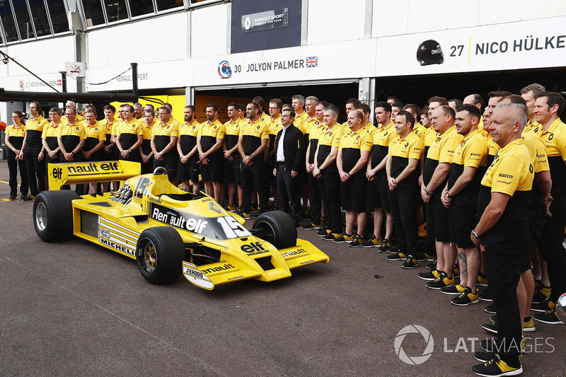 Renault Sport F1 Team RS01 на пит-лейне