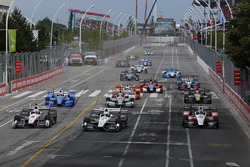 Start: Helio Castroneves, Team Penske Chevrolet, Simon Pagenaud, Team Penske Chevrolet lead