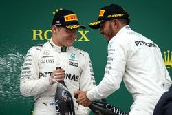 Valtteri Bottas, Mercedes AMG F1 y carrera ganador Lewis Hamilton, Mercedes AMG F1 celebra en el podio, el champagne