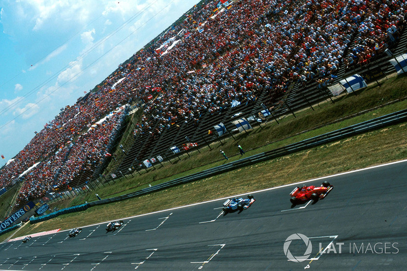Міхаель Шумахер (Ferrari F310B) попереду Деймона Хілла (Arrows A18 Yamaha)