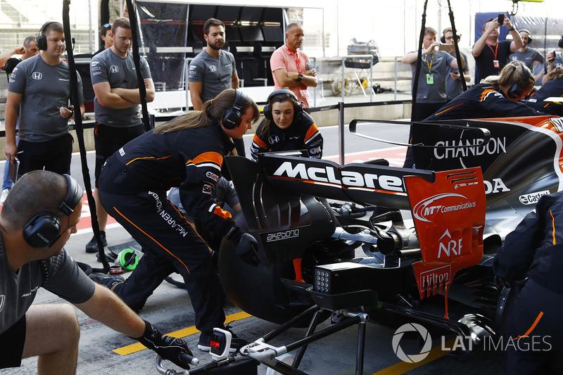 McLaren'dan tamamen kadınlardan oluşan pit stop çalışması