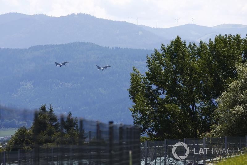 Військові літаки над трасою